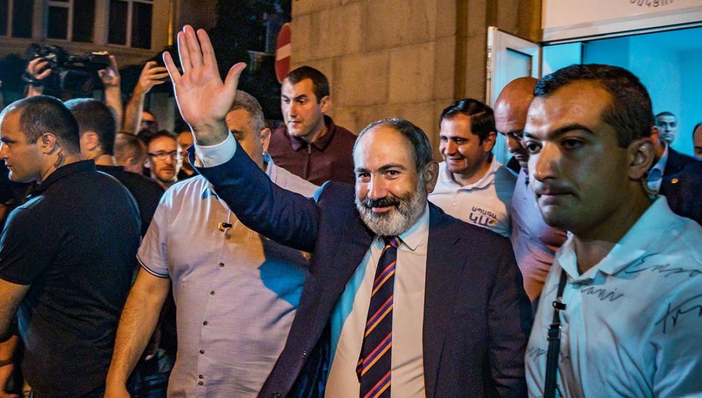 Ugrupowanie premiera Armenii uzyskało w wyborach 53,9 proc. głosów (fot. Celestino Arce/NurPhoto via Getty Images)