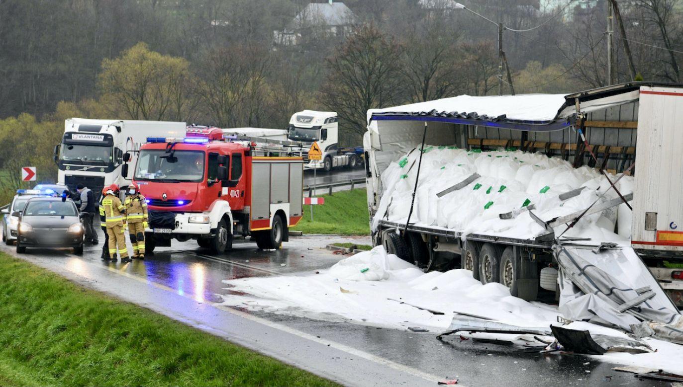 Nawóz azotowy zasypał drogę powodując utrudnienia w ruchu (fot. PAP/D.Delmanowicz)