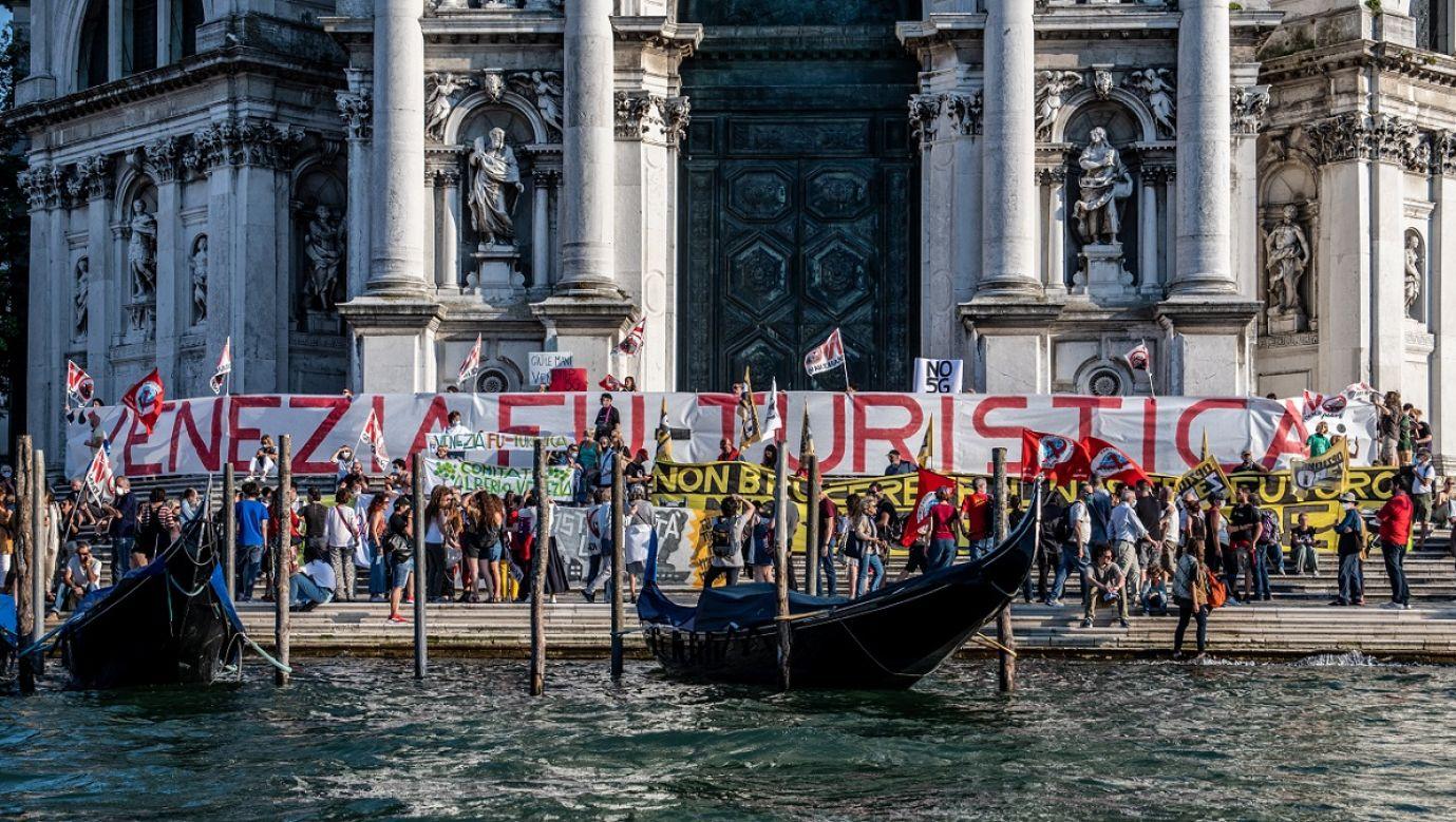 """Co najmniej 1500 osób demonstrowało w Wenecji 13 czerwca 2020 r. przeciwko  masowej turystyce w mieście. Po pandemii COVID-19 przemysł turystyczny w Wenecji upadł, ale wielu mieszkańców oczekuje nowych regulacji, które ograniczą ten ruch i sektor w przyszłości. W proteście wzięli też udział członkowie """"Comitato No Grandi Navi"""" – przeciwnicy wielkich statków przybywających do Wenecji. Fot. Giacomo Cosua/NurPhoto via Getty Images"""
