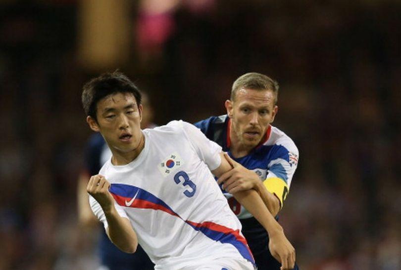 Sukyoung Yun i Craig Bellamy walczą o piłkę (fot.Getty Images)