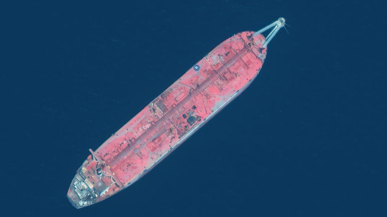"""Od czterech lat u wybrzeży Jemenu stoi """"martwy statek"""" (fot. Getty Images)"""
