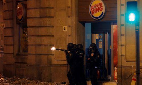 Spośród 600 rannych, połowa to policjanci. Fot. REUTERS/Juan Medina