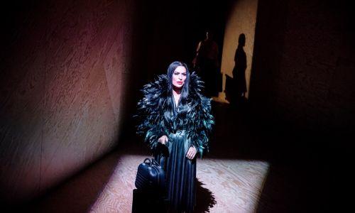 Danuta Stenka pojawia się w czerni niczym na wpół realna postać jakiejś modliszki. Fot. Krzysztof Bieliński/Teatr Narodowy
