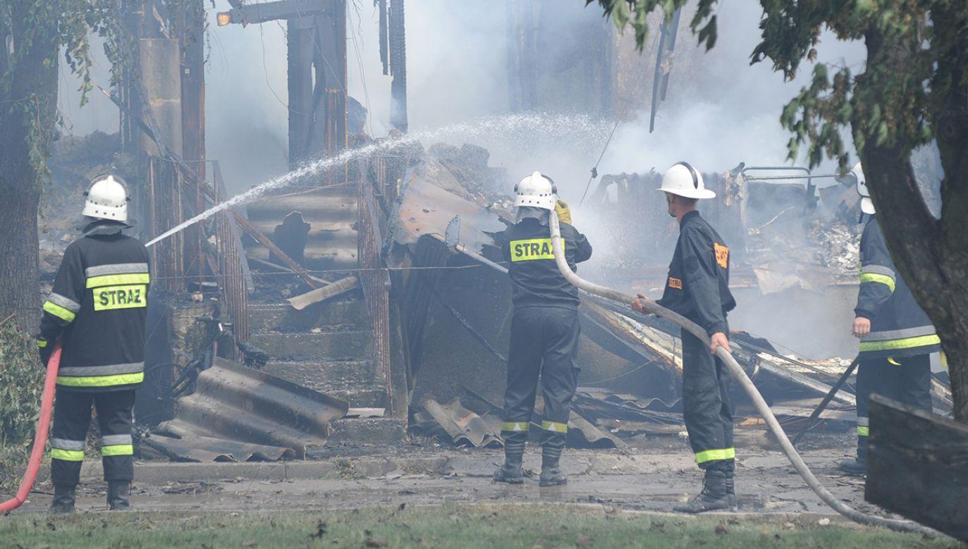 Na miejsce pożaru przyjechało sześć zastępów straży pożarnej (fot. PAP/Marcin Bielecki)