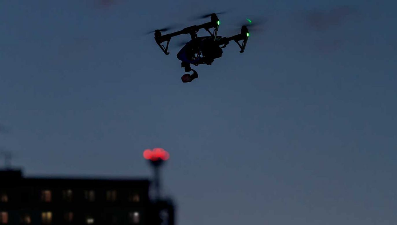 Dron podlatywał do domów (fot. Shutterstock/Sundays Photography)