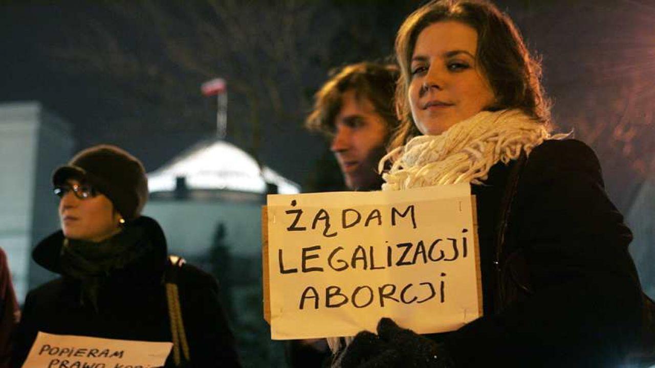 Demonstracja zwolenników aborcji przed Sejmem (Fot. PAP/Tomasz Gzell)