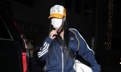 Rihanna w dresie Adidasa  i maseczce może się dzisiaj ukryć – jest taka sama, jak setki ludzi na ulicach. Ale i tak wypatrzyli ją fotoreporterzy w Wallys 12 kwietnia 2021 roku w Los Angeles w Kalifornii. Fot. 007 / Photographer group / MEGA / GC Image
