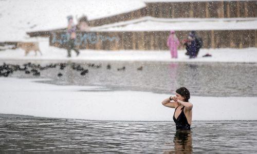 Mieszkańcy Krakowa podczas morsowania nad zalewem Bagry, 17 stycznia 2021 roku w Krakowie. Morsowanie w czasie pandemii koronawirusa stało się bardzo modną formą aktywności fizycznej w Polsce, gdy nieczynne są obiekty sportowe. Fot. PAP/Łukasz Gągulski