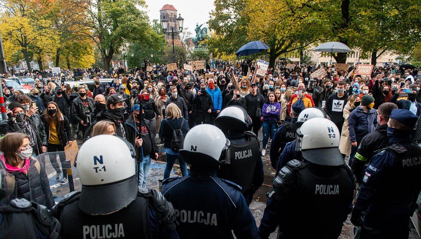 Policja przypomina, że ograniczenia dotyczą również zgromadzeń (fot. Mateusz Slodkowski/SOPA Images/LightRocket via Getty Images))