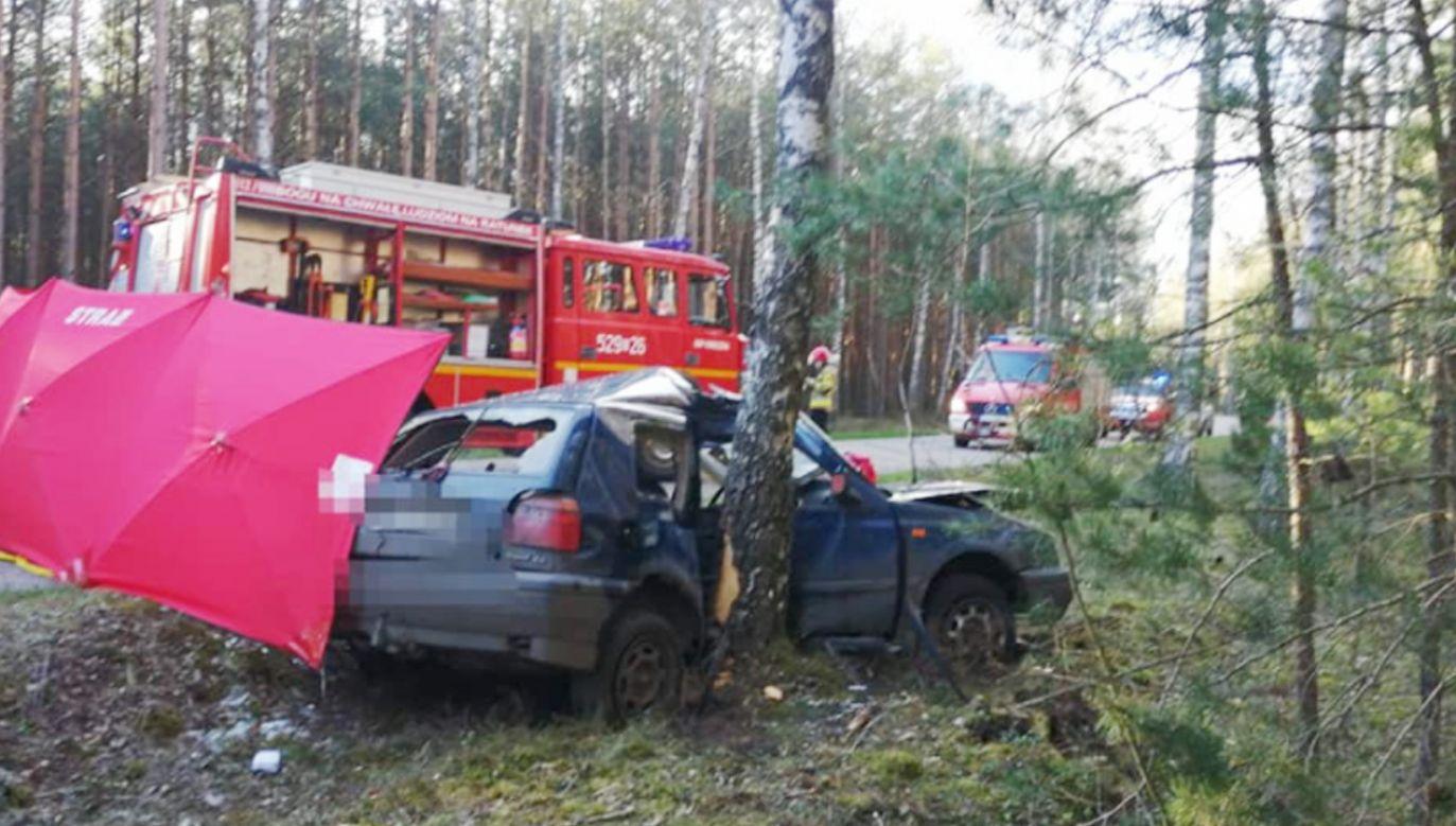 Volkswagen golf uderzył w przydrożne drzewo (fot. Facebook/OSP Szlachta)