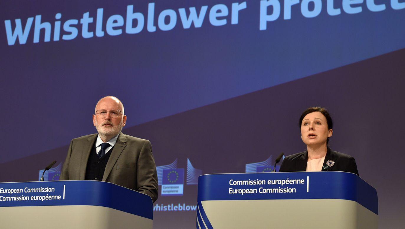 Frans Timmermans i Viera Jourova w czasie konferencji zorganizowanej przez Komisję Europejską (fot. REUTERS/Eric Vidal)