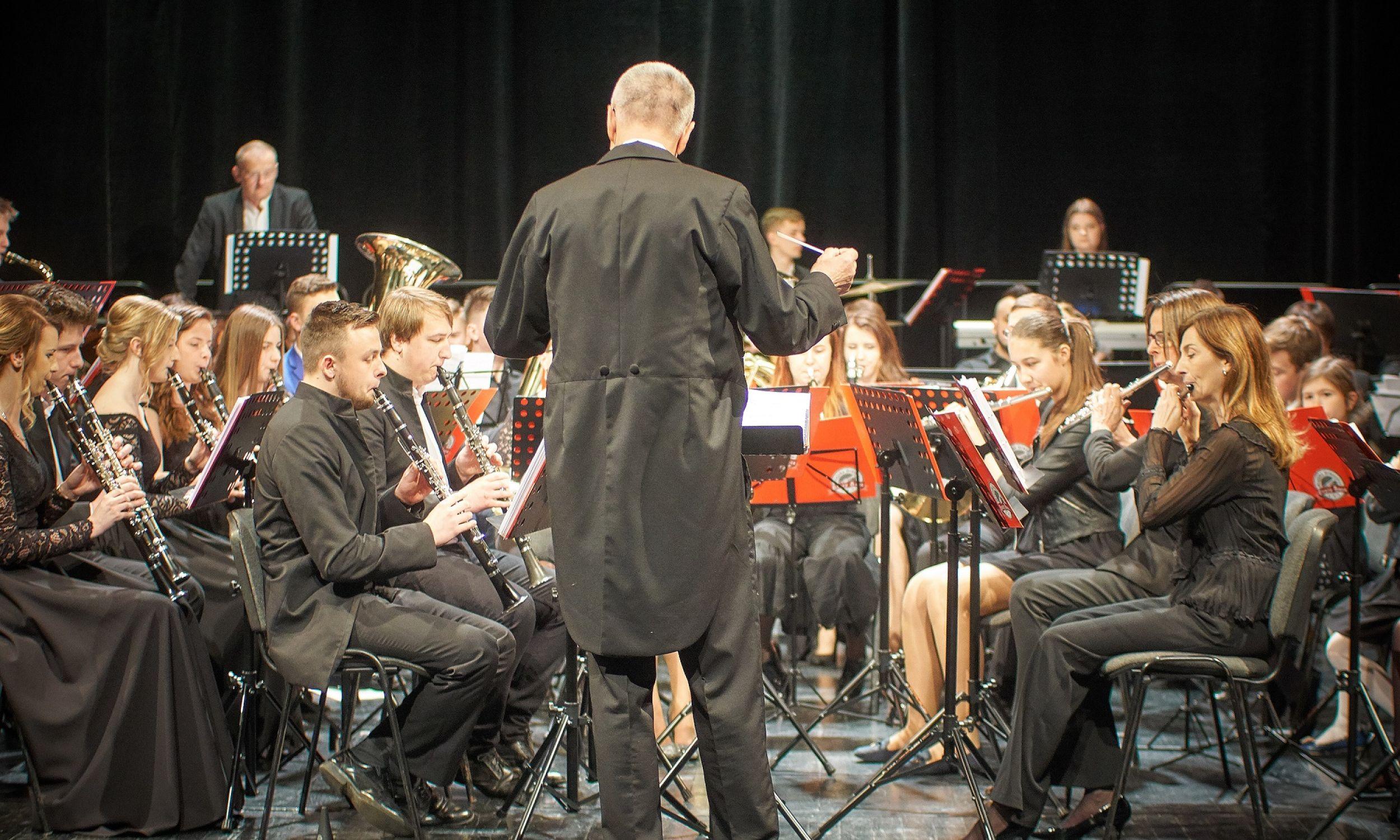 W starosądeckiej orkiestrze gra 60 osób. Ma repertuar orkiestr dętych i symfonicznych. Członkowie zespołu są po szkołach muzycznych, ale mają zazwyczaj inne zajęcia czy prace, więc potrzebna jest odpowiednia atmosfera, aby chcieli przyjść na próbę dwa razy w tygodniu – mówi Georg Weiss. Fot. Roman Wiśniak
