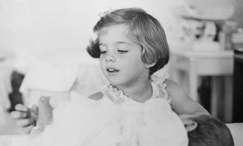 Na tym zdjęciu, jednej z serii wydanej przez Biały Dom 13 lutego 1961 r., Caroline Kennedy, córka prezydenta, bawi się palcami swojego młodszego, nowonarodozonego brata Johna F. Kennedy'ego, Jr. Rodzina była na wakacjach przed inauguracją w Palm Beach na Florydzie. Fot. Richard Avedon/White House Photos/Getty Images