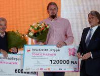 Tomasz Majewski i jego trener Henryk Olszewski z czekami za złoty medal kulomiota (fot. PAP/Bartłomiej Zborowski)