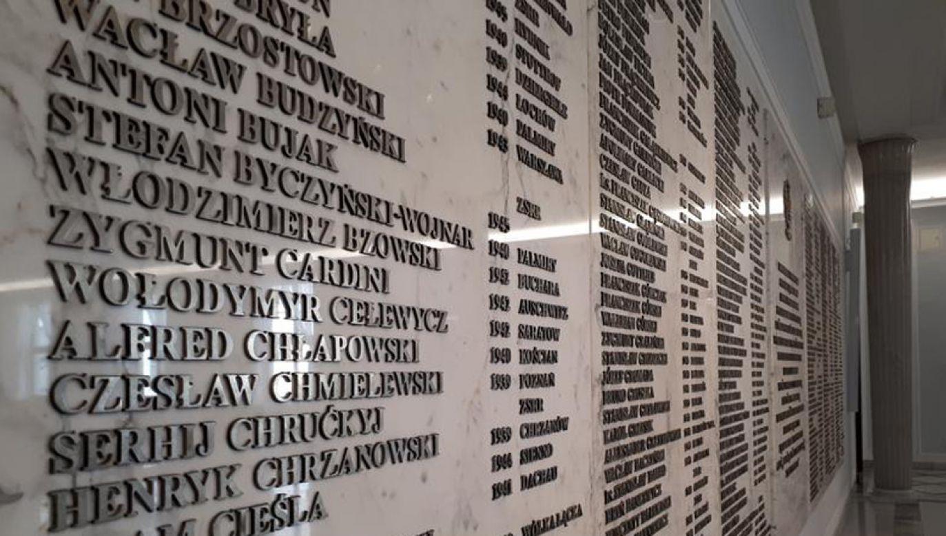 Tablica w holu głównym Sejmu upamiętnia także posłów, którzy stracili życie z rąk Sowietów (fot. Kancelaria Sejmu)