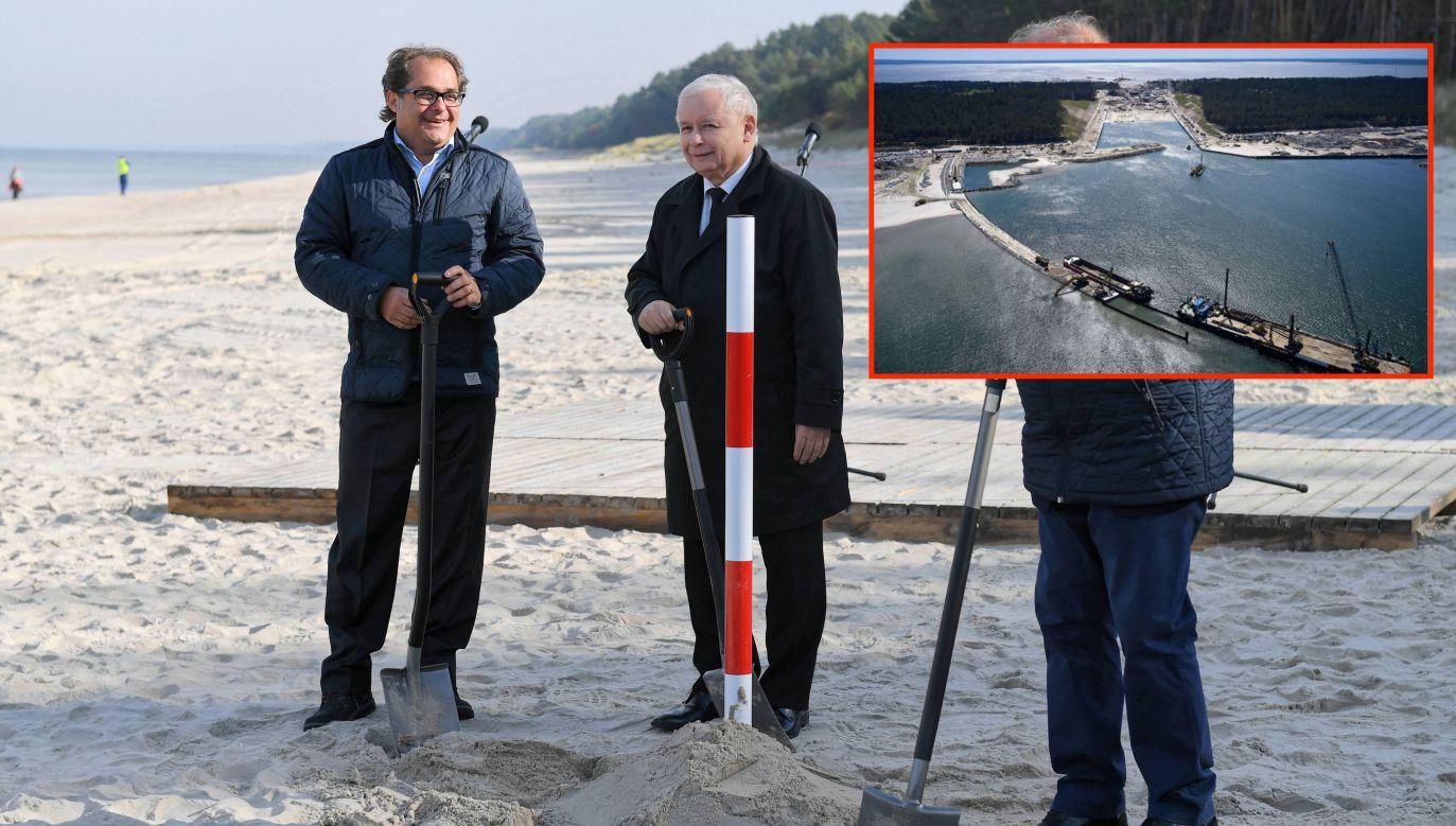 Symboliczne wbicie łopaty w miejscu przyszłej budowy, 2018 rok (od lewej: wiceminister Marek Gróbarczyk i prezes PiS Jarosław Kaczyński) (fot. PAP/Adam Warżawa).