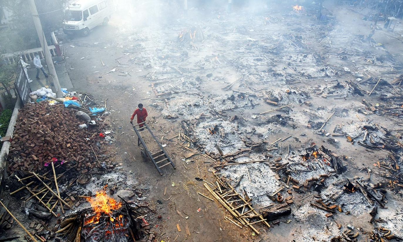 W Indiach płoną stosy ciał zmarłych na COVID-19
