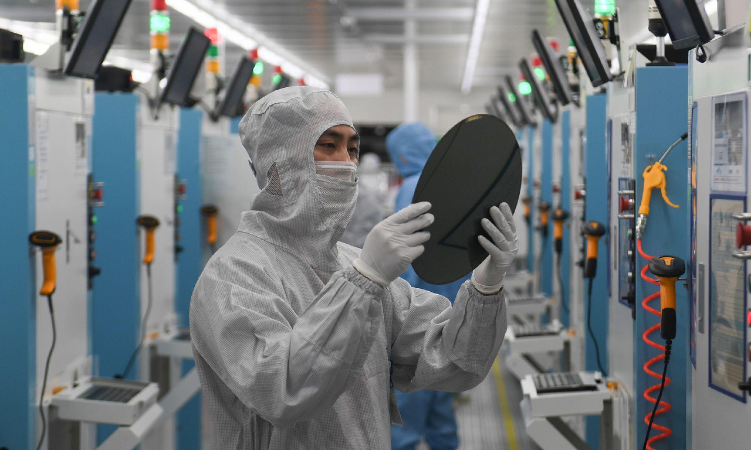 Rynek urządzeń do produkcji procesorów zmonopolizowany jest przez Amerykanów. Chińscy komuniści zmierzają więc do technologicznej niezależności. Na zdjęciu linia produkcyjna płytki krzemowej w fabryce półprzewodników GalaxyCore Inc. w Jiaxing, powiat Jiashan w chińskiej prowincji Zhejiang. Fot. Wang Gang / China News Service via Getty Images