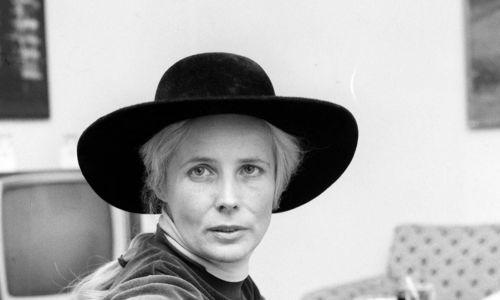 """Mazury stały się mekką artystów już w latach 50. XX wieku. Agnieszka Osiecka (na zdjęciu w roku 1977) była największą atrakcją tego miejsca. Urodziwa, kochali się w niej wszyscy. Napisała tam mnóstwo piosenek. Fotografowała nałogowo, bo fascynowało ją """"rzewne światło mazurskie"""" i krowy. A przede wszystkim pływała swoją słynną motorówką, którą nazwała """"Mister Paganini"""". Fot. PAP/Witold Rozmysłowicz"""