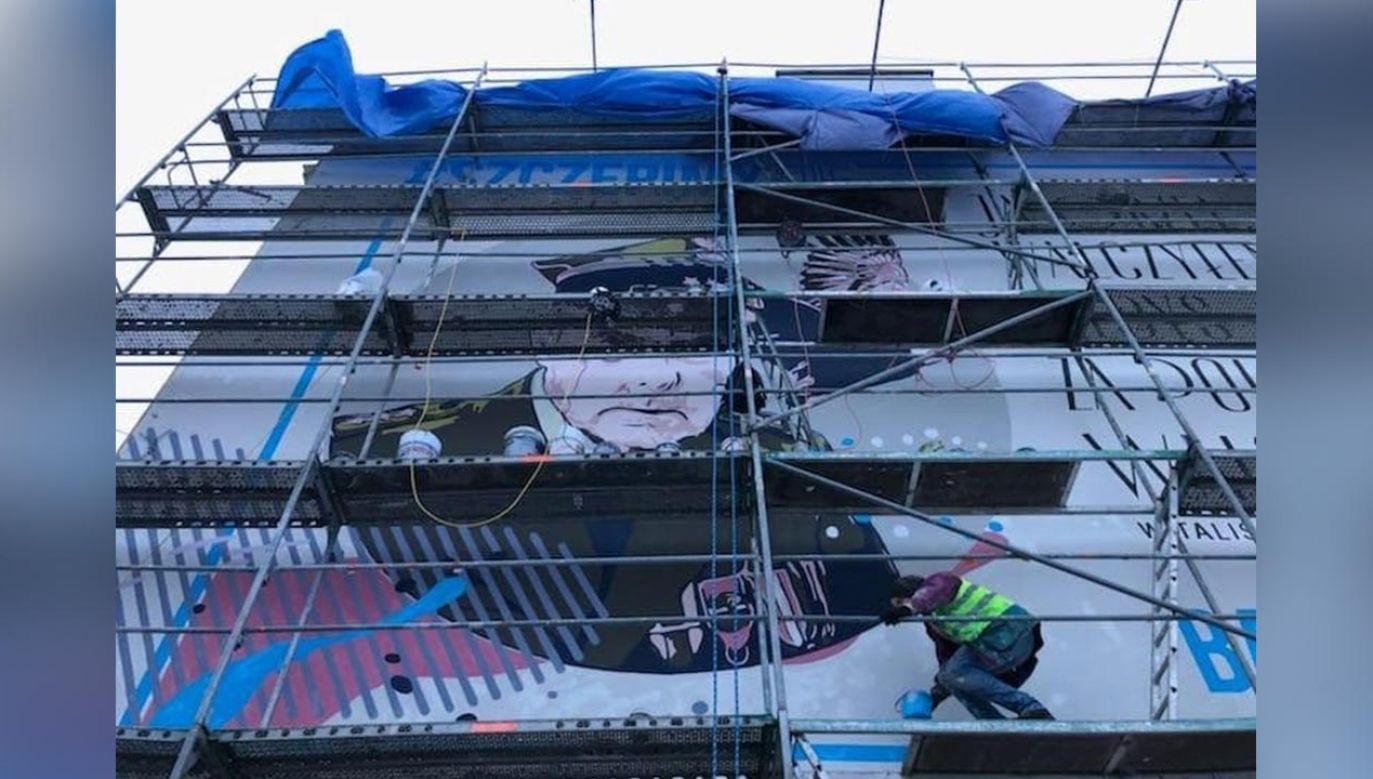 """Mural z """"Orłem"""" powstaje w Warszawie (fot. Pan Mariusz)"""