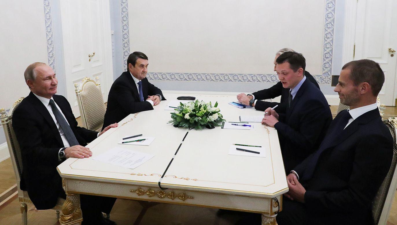 Szef UEFA Aleksander Ceferin (pierwszy z prawej) spotkał się z Władimirem Putinem (fot. PAP/EPA/MICHAEL KLIMENTYEV/SPUTNIK/KREMLIN POOL)