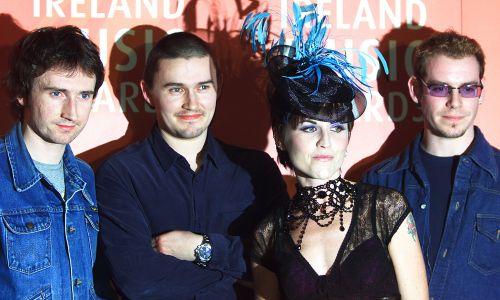 Zespół The Cranberries – od lewej: Noel Hogan, Mike Hogan, DoloresO'Riordan i Fergal Lawler – w 2001 roku podczas Meteor Ireland Music Awards w Dublinie. Fot. Fot. REUTERS/Paul McErlane