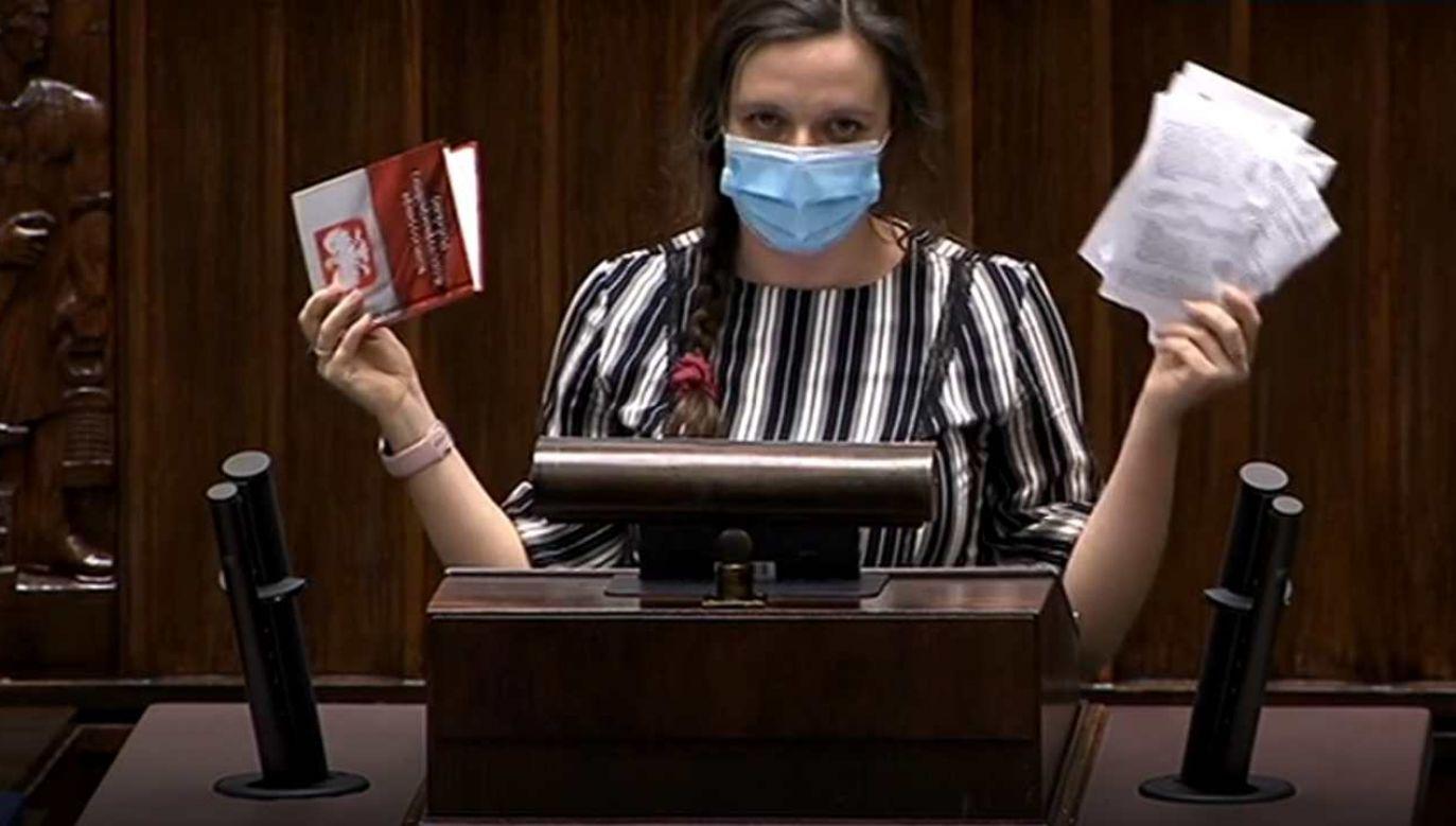 Posłanka Klaudia Jachira podczas wystąpienia wyrwała kartki z Konstytucji RP  (fot. tvp.info)