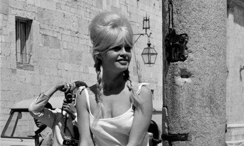 """Brigitte Bardot dała imię stanikowi typu bardotka, choć sama wolała tradycyjną. """"ramiączkową"""" formę. Tu na planie filmu Louis Malle'a"""