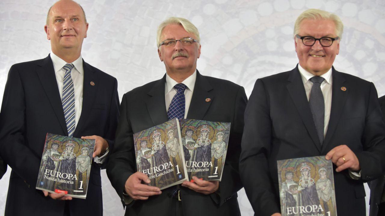 Minister Witold Waszczykowski (C)  i  szef niemieckiej dyplomacji Frank-Walter Steinmeier (P) podczas prezentacji podręcznika