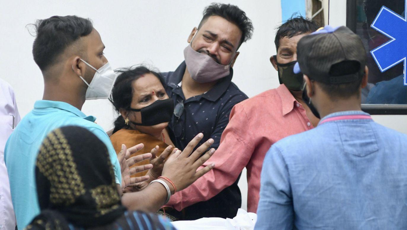 Pod szpitalem zebrały się rodziny pacjentów (fot. PAP/EPA/STRINGER)