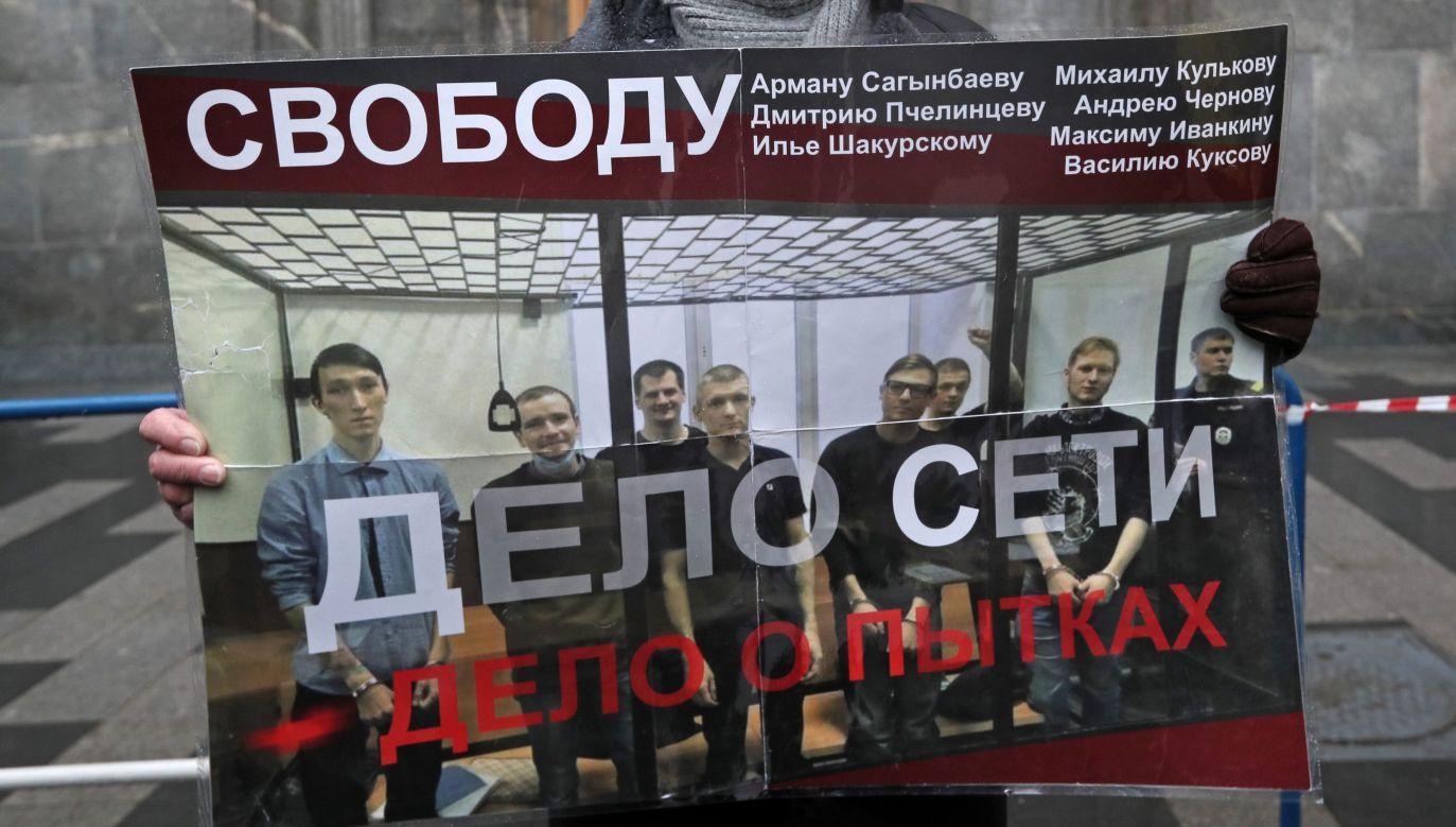 Baner z protestu przeciwko tzw. sprawie Sieci przed siedzibą FSB na Łubiance w Moskwie. Fot. Alexander Shcherbak\TASS via Getty Images