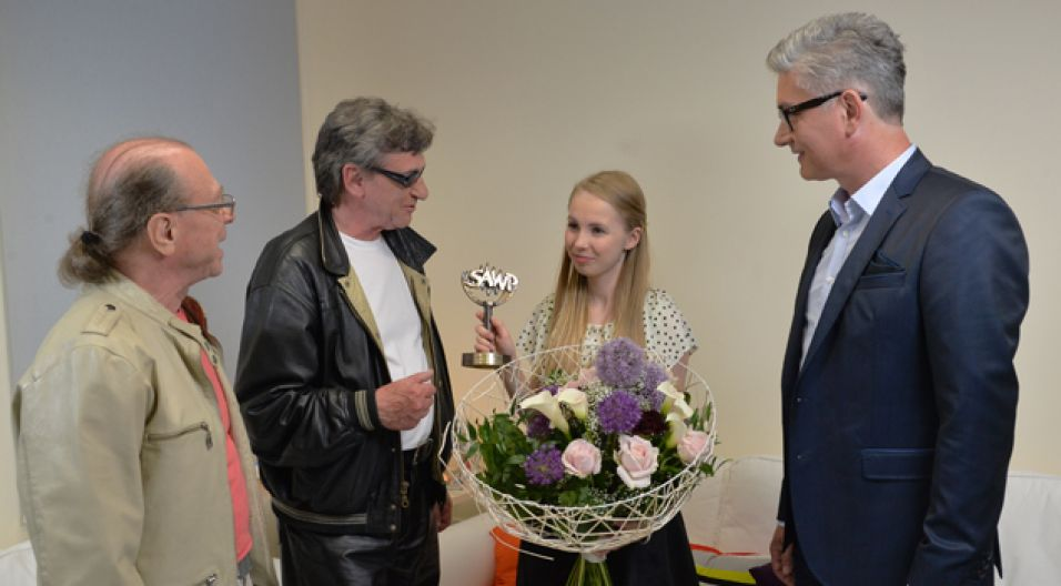 Laureatka otrzymała 1000 euro, a nagrodę odebrała przed kamerami w czasie 50. KFPP Opole  (fot. Jan Bogacz/TVP)