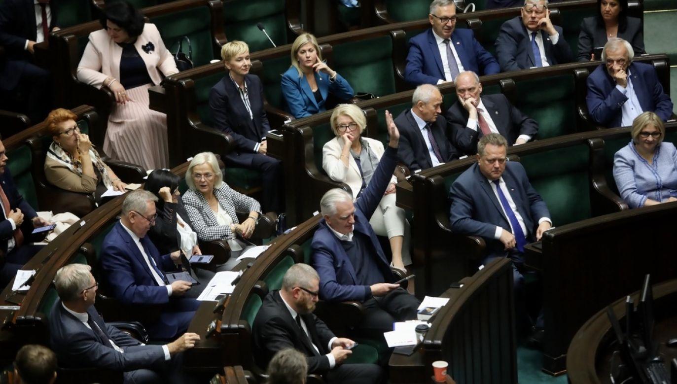 W komentarzu do sondażu CBOS ocenił, że przedłużające się pertraktacje w koalicji rządzącej mogły przyczynić się do niewielkiego spadu poparcia dla Zjednoczonej Prawicy (fot. PAP/Wojciech Olkuśnik)