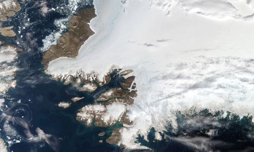 Widok satelitarny północno-zachodniej Grenlandii za kołem podbiegunowym i cieśniny Nares w lewym górnym rogu, z zatoką Baffina na dole. 12 sierpnia 2019 r. w Pituffik. Fot. Orbital Horizon / Copernicus Sentinel Data 2019 / Gallo Images via Getty Images