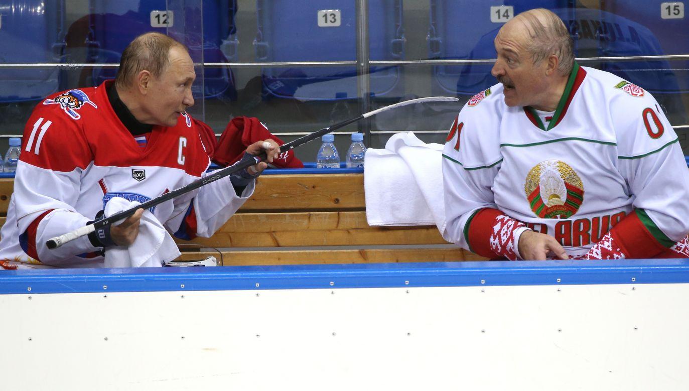 Czy Władimuir Putin ogra Aleksandra Łukaszenkę? Prezydenci zmierzyli się w meczu hokejowym w lutym 2019 roku w Soczi. Fot. Mikhail Svetlov/Getty Images