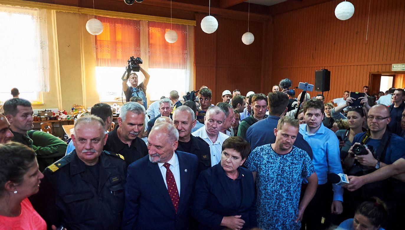 Premier Szydło podczas wizyty w miejscowości Rytel (fot. arch.PAP/Dominik Kulaszewicz)