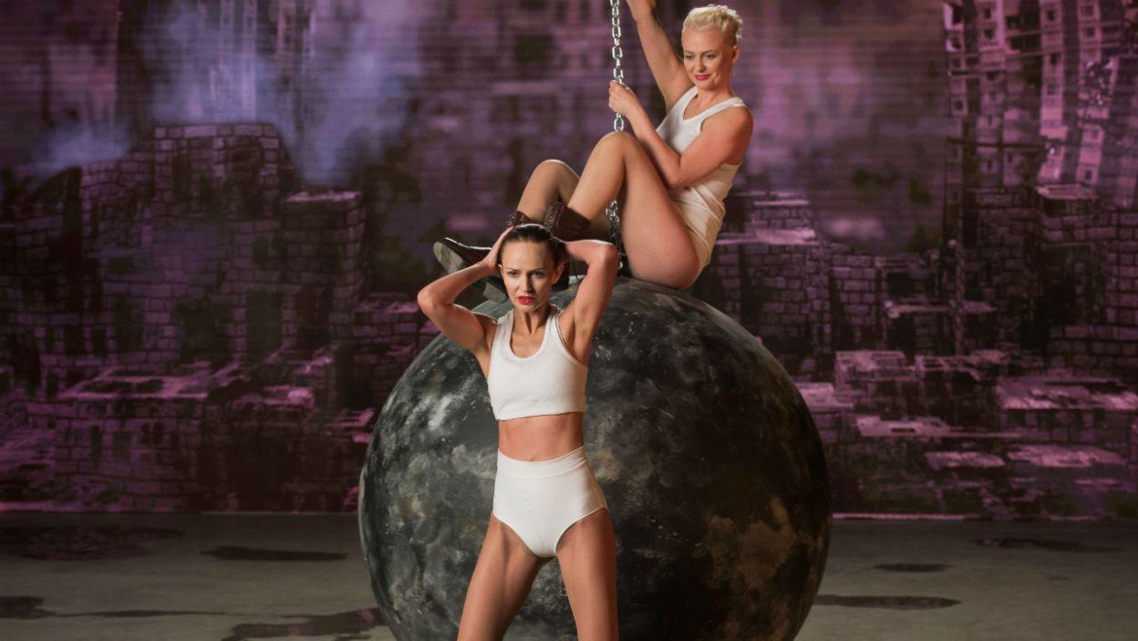 """Piosenkarki odtworzą choreografię do teledysku """"Wrecking Ball""""? (fot. TVP)"""