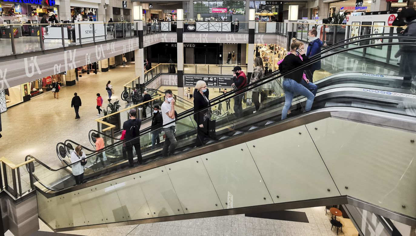 Galerie handlowe i sklepy znów na pełnych obrotach? (fot. Beata Zawrzel/NurPhoto via Getty Images)