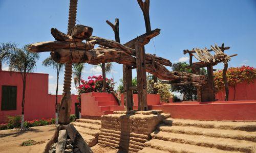 Starożytna drewniana prasa do winogron, Tacama Winery w Dolinie Ica, głównym obszarze winiarskim Peru. Tacama Winery została założona przez Francisco de Caravantesa w XVI wieku. Fot. Luis Rosendo / Heritage Images / Getty Images