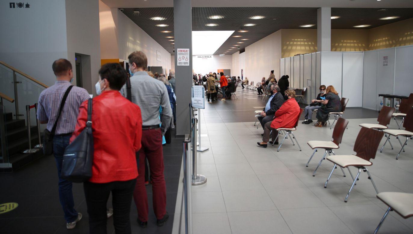 W poniedziałek ruszyła rejestracja na szczepienia osób, które urodziły się w roku 1962 (fot. PAP/Łukasz Gągulski)