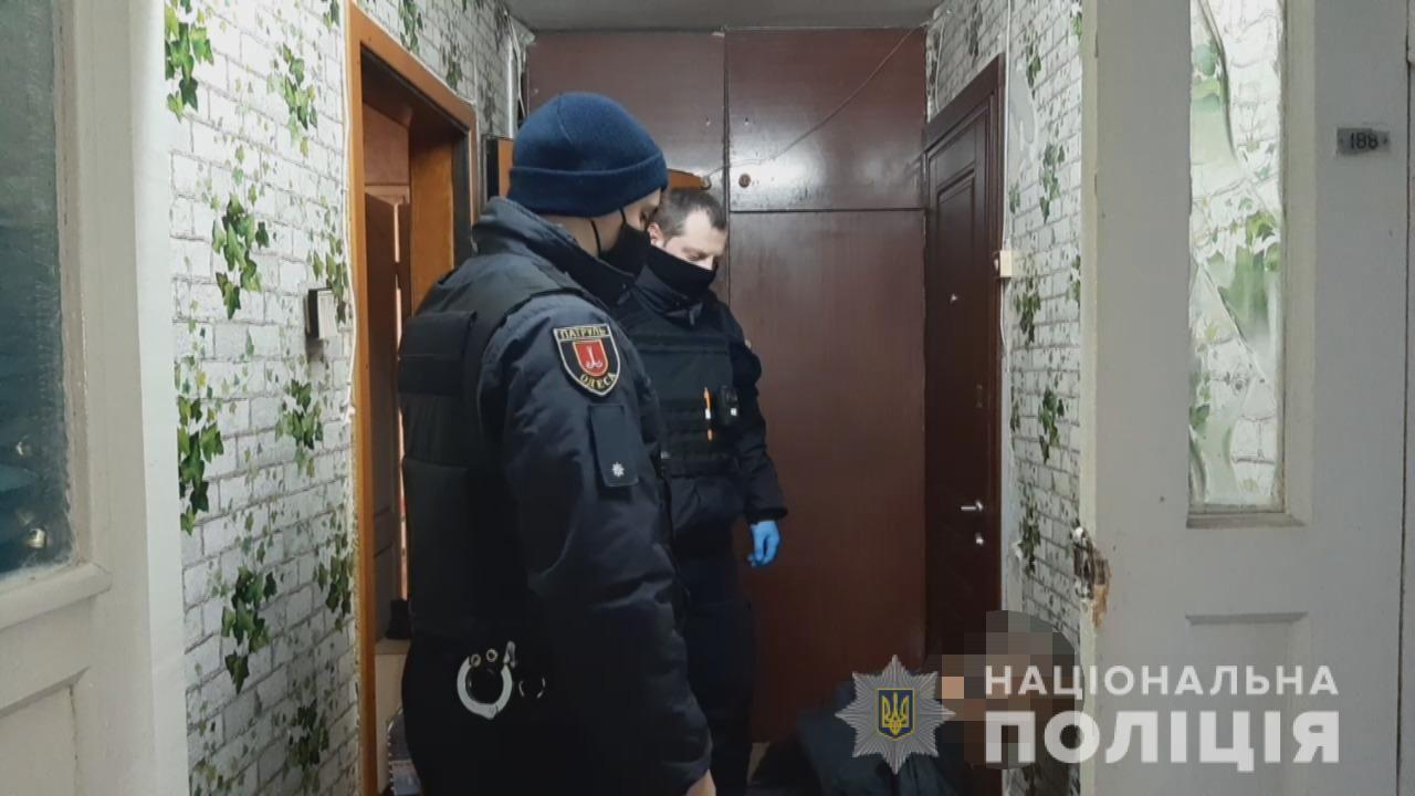 Policjanci zabezpieczają miejsce zbrodni (fot. policja w Odessie)