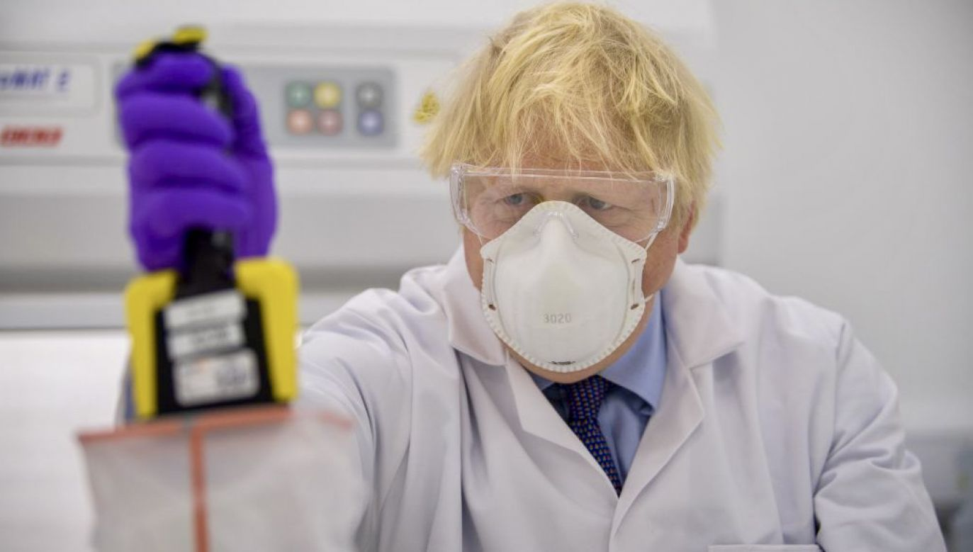 Boris Johnson w szkockim laboratorium (fot. Wattie Cheung/WPA Pool/Getty Images)