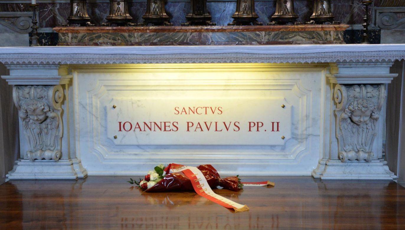 Msza św. przy grobie Jana Pawła II w 40. rocznicę zamachu na papieża Polaka (fot. PAP/Jacek Turczyk)