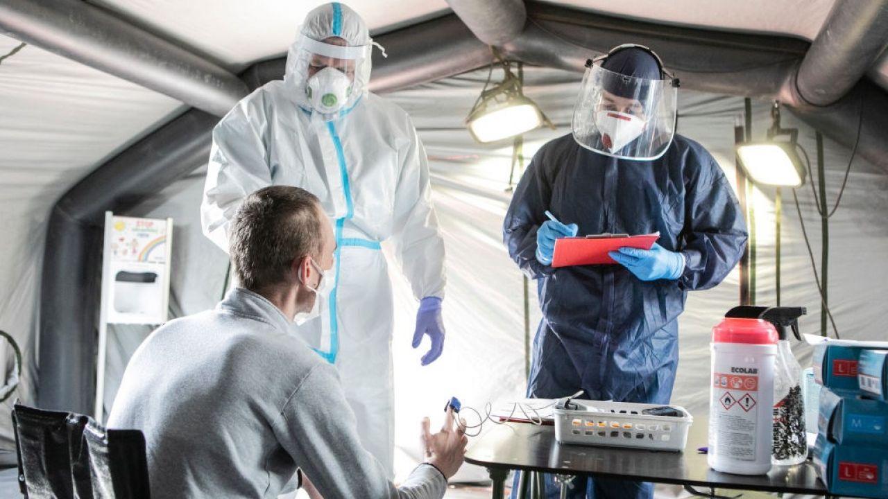 Potwierdzono kolejne przypadki zakażeń i zgonów z powodu koronawirusa (fot. Jacek Szydlowski/NurPhoto via Getty Images)