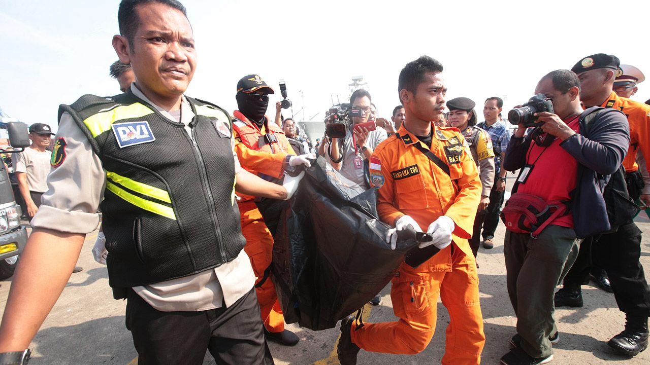 Samolot pasażerski indonezyjskich linii Lion Air runął do morza kilkanaście minut po starcie (fot. PAP/EPA/BAGUS INDAHONO)