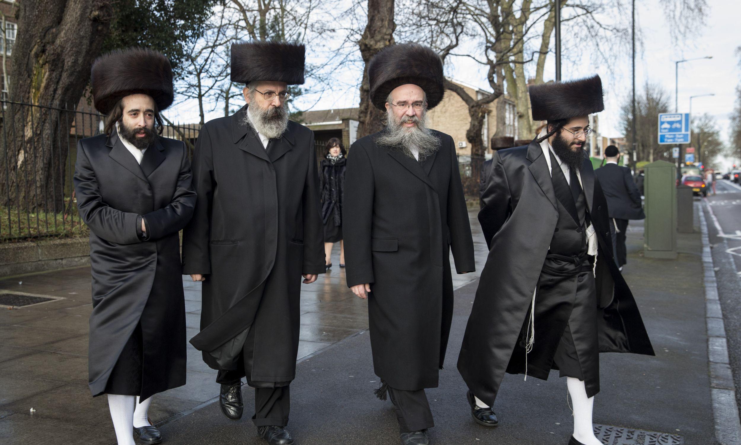 (15) Żydzi w dzielnicy Stamford Hill, 17 stycznia 2015 r. w Londynie. W odpowiedzi na ataki paryskie, brytyjska policja w tym czasie ogłosiła, że zwiększy liczbę patroli tam, gdzie są duże społeczności żydowskie, czyli w miastach takich jak Londyn i Manchester. Na Stamford Hill żyje duża chasydzka społeczność – poza Izraelem tylko Nowy Jork ma większą populację chasydów. Fot. Rob Stothard / Getty Images