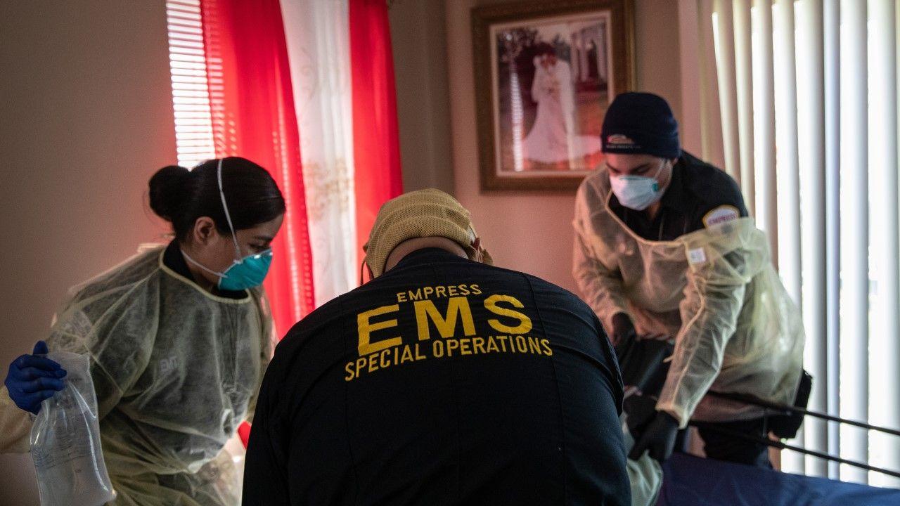 Ratownicy medyczni przygotowują się do transportu ciężko chorego z podejrzeniem COVID-19 w miejscowości Yonkers pod Nowym Jorkiem (fot. John Moore/Getty Images)