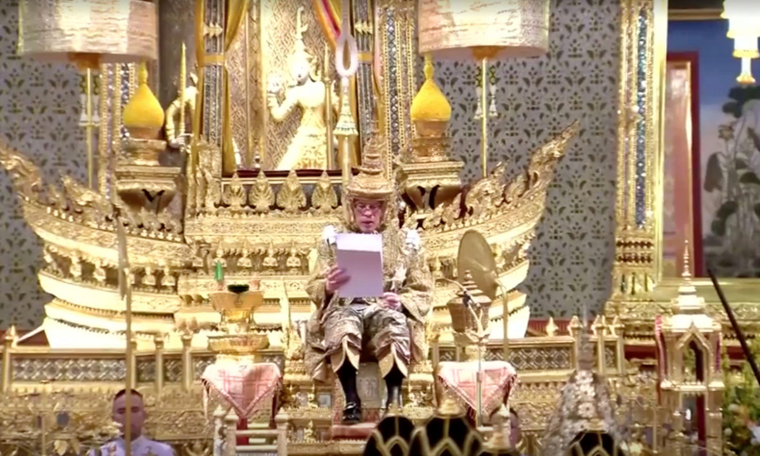 Uroczystości koronacyjne trwały trzy dni. 4 maja Vajiralongkorn włożył na głowę koronę i przemówił do narodu. Fot.Thai TV Pool/via REUTERS