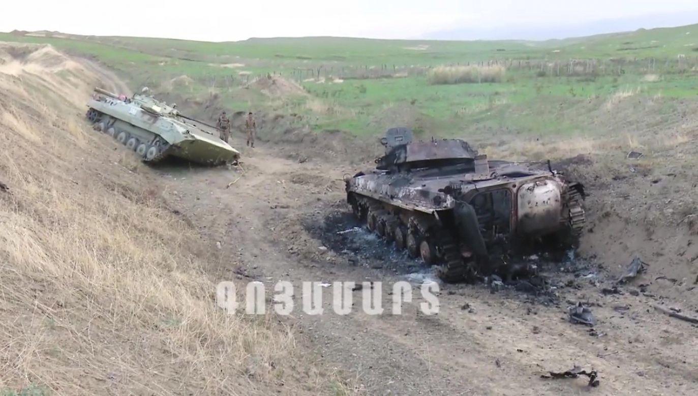Kadr z materiału wideo opublikowanego przez Armię Obronną Górskiego Karabachu pokazujacego zniszczony w walkach sprzęt wojskowy(fot. PAP/EPA/NKR DEFENSE ARMY / HANDOUT )