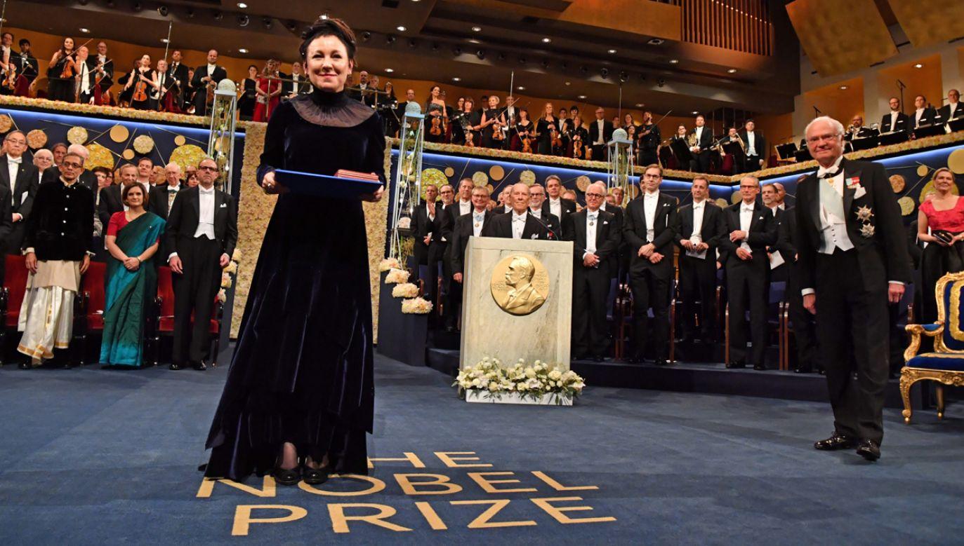 Laureatka literackiego Nobla Olga Tokarczuk odebrała  we wtorek dyplom oraz złoty medal z rąk króla Karola XVI Gustawa (fot. PAP/EPA/Jonas Ekstroemer)